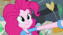 Pinkie Pie com um sorriso inocente EG