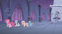Ponies giving Twilight privacy S1E02