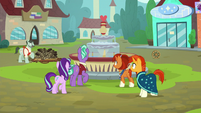 Starlight, Sunburst, and parents hear baker's cart collapse S8E8