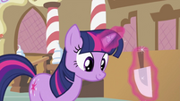 Twilight about to 'fix' the cupcakes S2E03