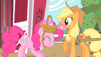Applejack taking the envelope S1E25
