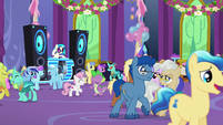 Ponies and changelings mingle and dance S7E1