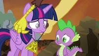 S04E26 Discord ofiarowuje Twilight medalion