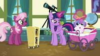 Twilight giving Flurry Heart her Whammy toy S7E3