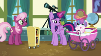 Twilight giving Flurry Heart her Whammy toy S7E3