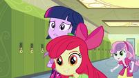 Apple Bloom e Sweetie Belle no corredor EG