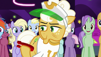 Goldie Delicious holding another horseshoe S8E5
