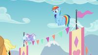 Rainbow Dash ayudando a organizar S5E24