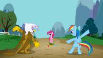 Pinkie Pie mira como Gilda y Rainbow Dash cantan