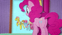 Pinkie Pie saying goodbye to Mr. and Mrs. Cake BFHHS2