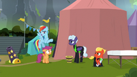 Rainbow Dash greeting the Washouts S8E20
