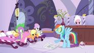 S02E23 Rainbow Dash z okładami z ogórków na oczach