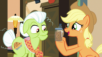 Applejack holding caramel syrup and pralines S7E13