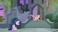 Fluttershy e Rarity entram no castelo T4E03