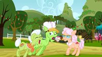 Granny Smith scaring Applesauce S3E8