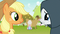 Rarity looking worried at Applejack S7E19