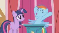 S01E04 Rainbow chwali się, że będzie ćwiczyć z Applejack