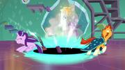 Starlight y Sunburst luchan contra la atracción del agujero negro T7E1