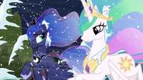 Luna looks at Celestia; Celestia smiling S6E2