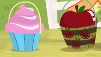Pinkie and Applejack's lucky pots S9E7