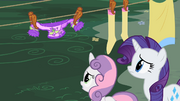 Sweetie Belle e Rarity vendo o sweater encolher T2E05