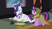 Clover the Clever giving Princess Platinum a hoof tub S2E11