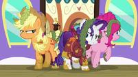 S06E22 Applejack, Rarity i Pinkie wysiadają z pociągu