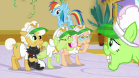 Granny Smith laughing at Auntie Applesauce S8E5