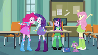Pinkie Pie, Rarity e Fluttershy discutindo EG