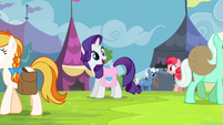 Rarity finds Applejack in the crowd S4E22