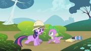 Twilight diz a Spike para não aprontar com ela T1E15