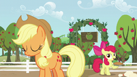 Apple Bloom with a pie S5E17