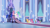 Elenco principal e as princesas na sala do trono EG