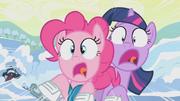 Pinkie e Twilight batendo T1E11