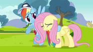 S02E22 Rainbow obejmuje płacząca Flutershy