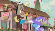 S06E26 Discord chwali sztuczki Trixie