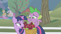 Spike munching on the red apple S1E03