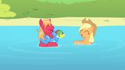 Applejack e Big Mac brincando na água T4E20