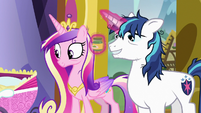 Shining Armor levitating jar of mashed peas S7E3