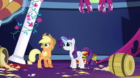 Rarity levitating Applejack's quilts S5E3