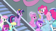 S04E24 Pinkie stoi na głowie kryształowego kuca
