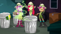 Apple Bloom closes the trash can again SS11