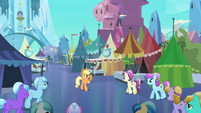 Applejack welcomes Crystal Ponies to the Faire S3E01