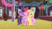Pinkie Pie em abraço coletivo T1E25