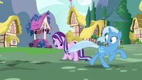 Trixie runs away from angry ponies S7E2
