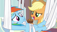 Applejack holding apple brown betty S4E10