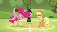 S06E18 Pinkie wyprzedza farmerkę w wybiciu piłki