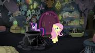 S07E20 Fluttershy i Twilight eksplorują opuszczony dom Meadowbrook