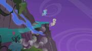 Fluttershy e Rainbow voam enquanto o resto cai T1E02