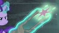 Starlight lanza la Cutie Mark de Twilight hacia la bóveda EMC-P1